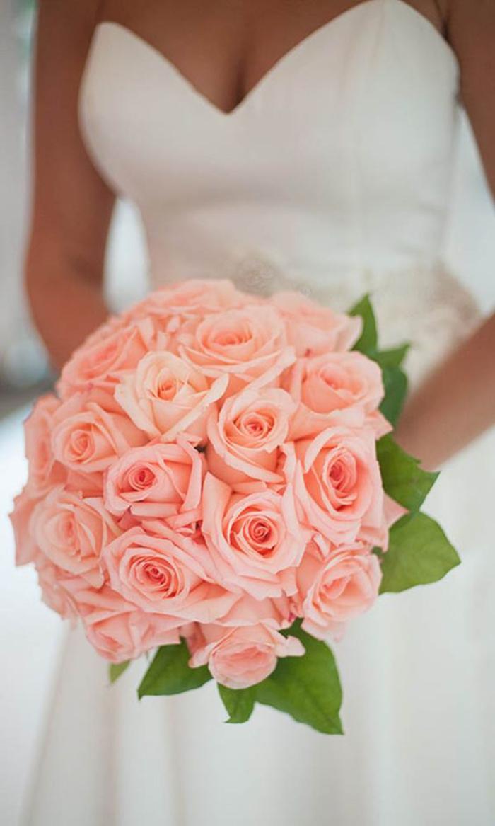 runder Hochzeitsstrauß, rosa Rosen, klassischer Biedermeierstrauß