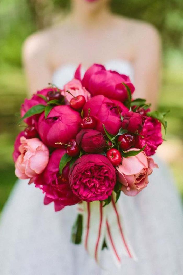 runder Hochzeitsstrauß, tolle Kombination von Pfingstrosen und Kirschen, Ideen für Hochzeit in Rot