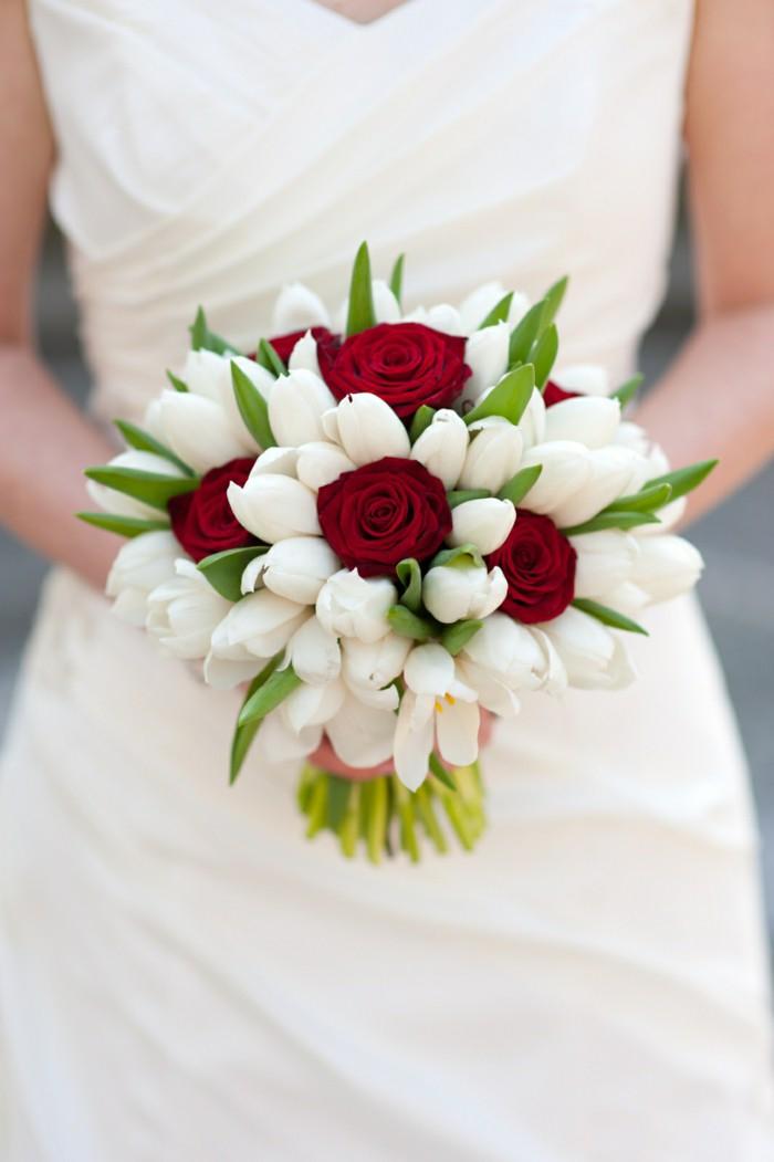 runder Hochzeitsstrauß, Kombination von roten Rosen und weißen Freesien