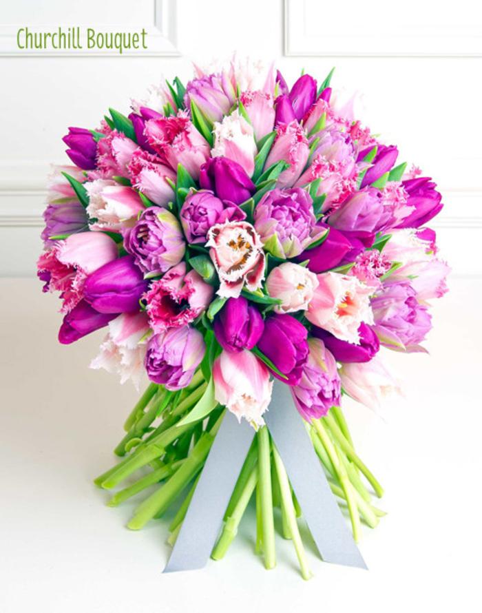 runder Hochzeitsstrauß, lila Tulpen, mit Bändchen dekoriert, Frühlingshochzeit in Lila