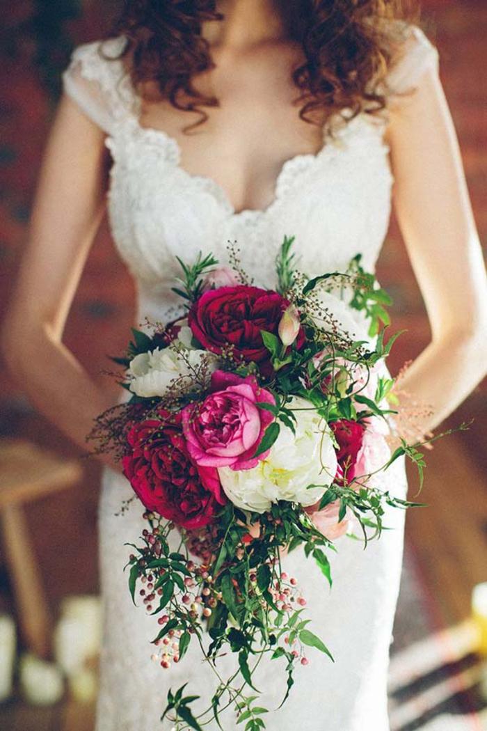 Hochzeitsstrauß-Wasserfall, weiße und rote Pfingstrosen, natürliche und schöne Idee