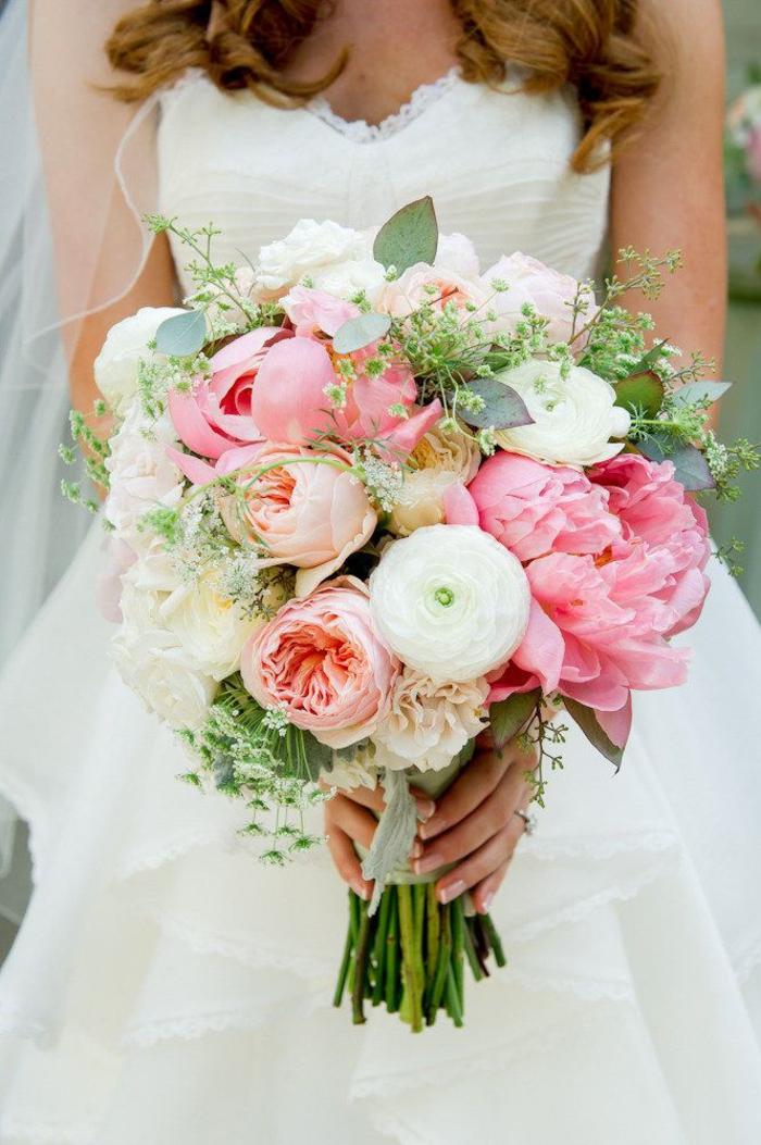 runder Hochzeitsstrauß in Rosa und Weiß, Pfingstrose und Hahnenfuß, zarte Hochzeitsblumen