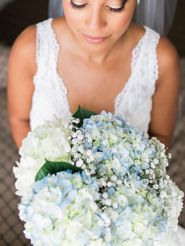 runder Hochzeitsstrauß, weiße und blaue Hortensien, schöne Hochzeitsideen