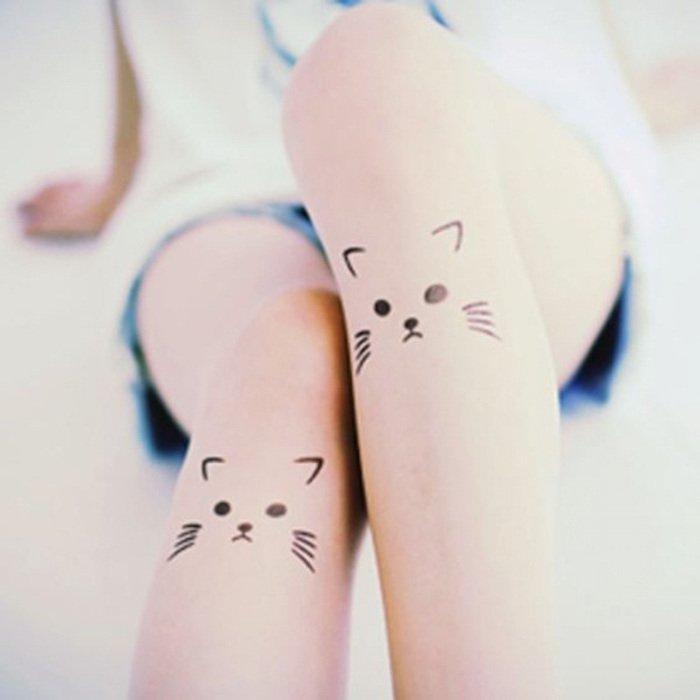 hier sind noch zwei ideen für kleine tolle katzen tattoos auf bein für die frauen - katzen mit schwarzen augen und langen virbissen