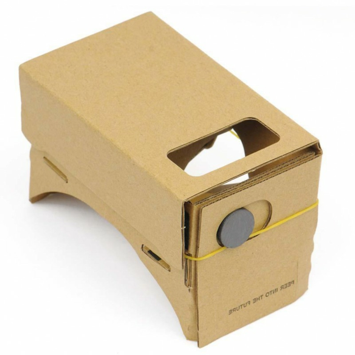 virtuelle realität brille aus pappe mit einem kleinen gelben gummiband
