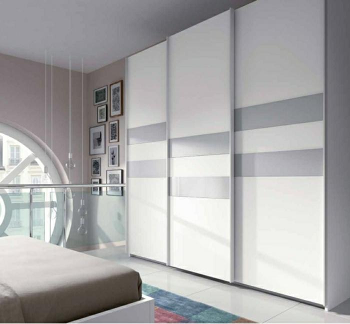 weiße Wandgarderobe farbige Streifen dezent pastel Farbtöne