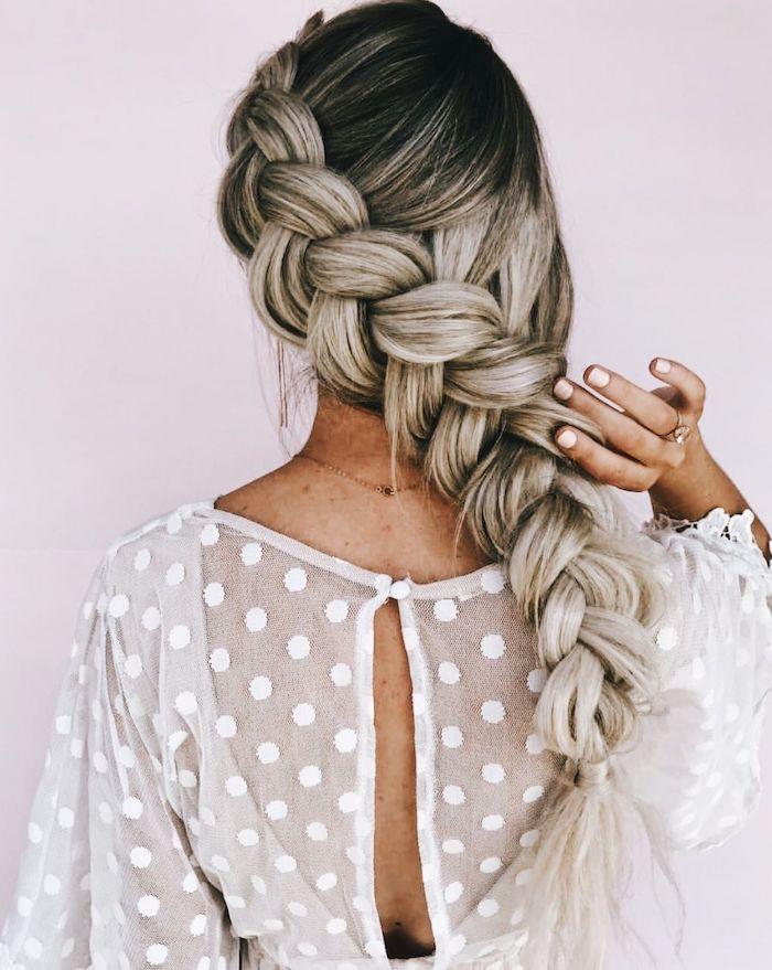 inspiration frisuren für lange haare braune haare mit blonden strähnen weiße bluse mit punkten mittealter flechtfrisuren ideen