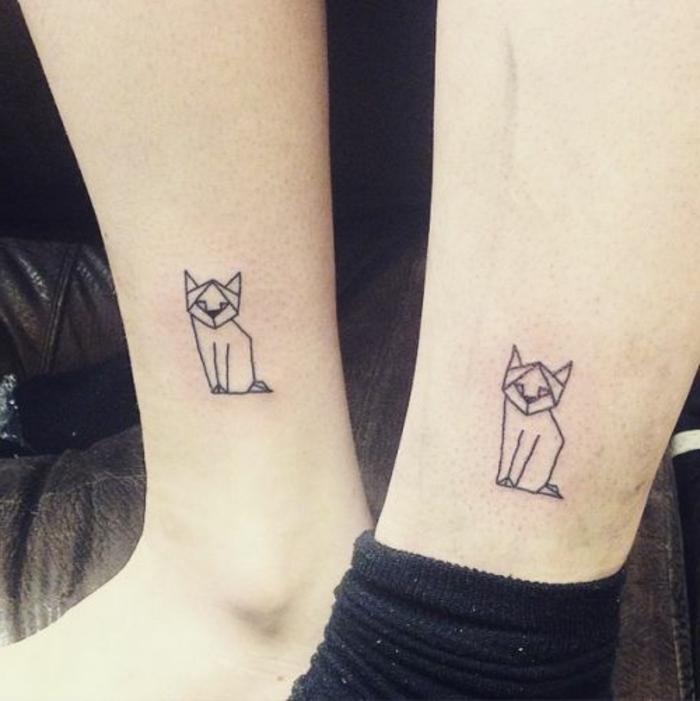 hier sind zwei kleine schwarze katzen - ideen für tattoos auf dem bein