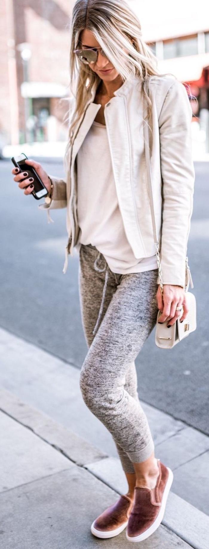 Jogginghose kombinieren elegante tasche kurze jacke und turnschuhe