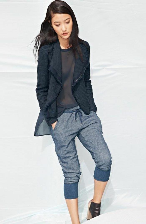 moderne jogginghosen outfit stylen feminine jacke aus seide