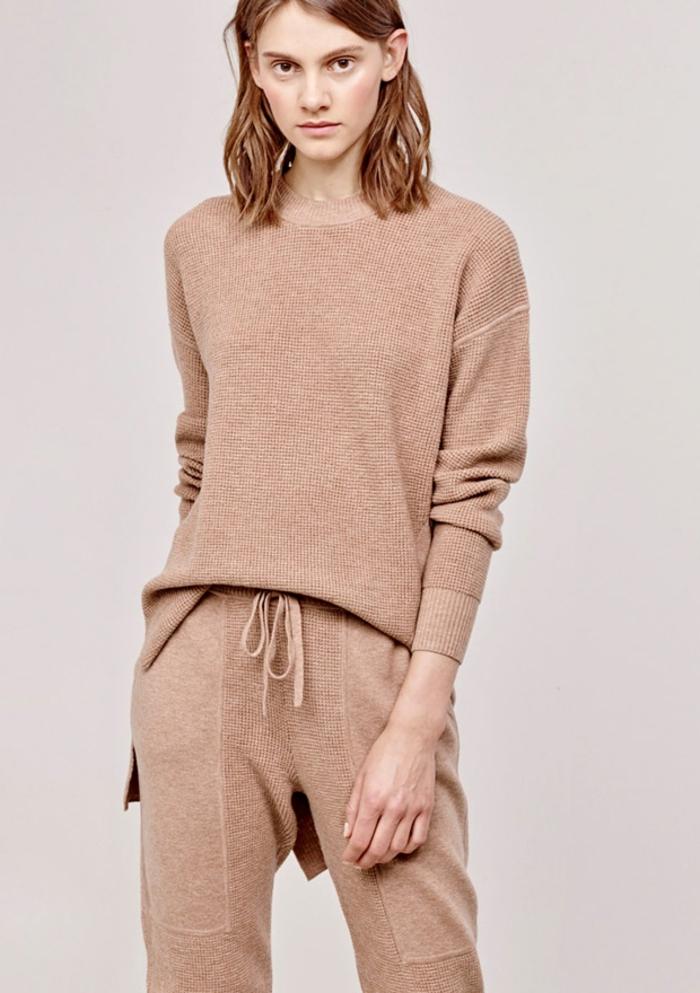 designer jogginghose beige farbe stylischer outfit
