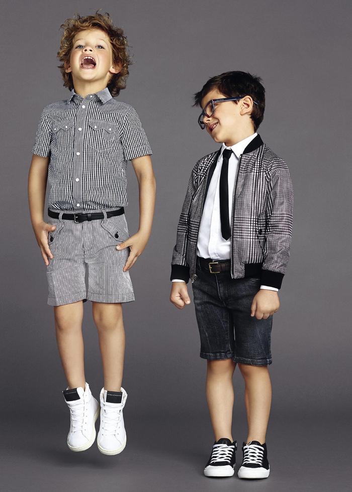 festliche Kinderkleider, Jungenmode 2017, kurze Jeans, karierte Hemden in Weiß und Schwarz