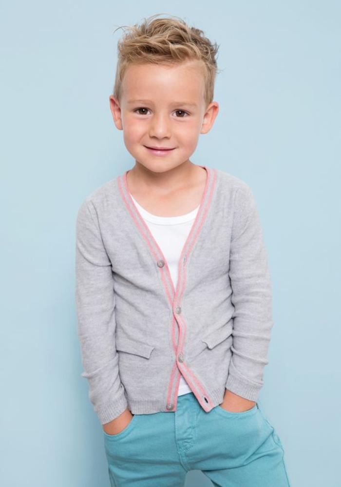 Kindermode Frühjahr/Sommer, Jeans mit T-Shirt und Strickjacke, elegante Jungenkleidung