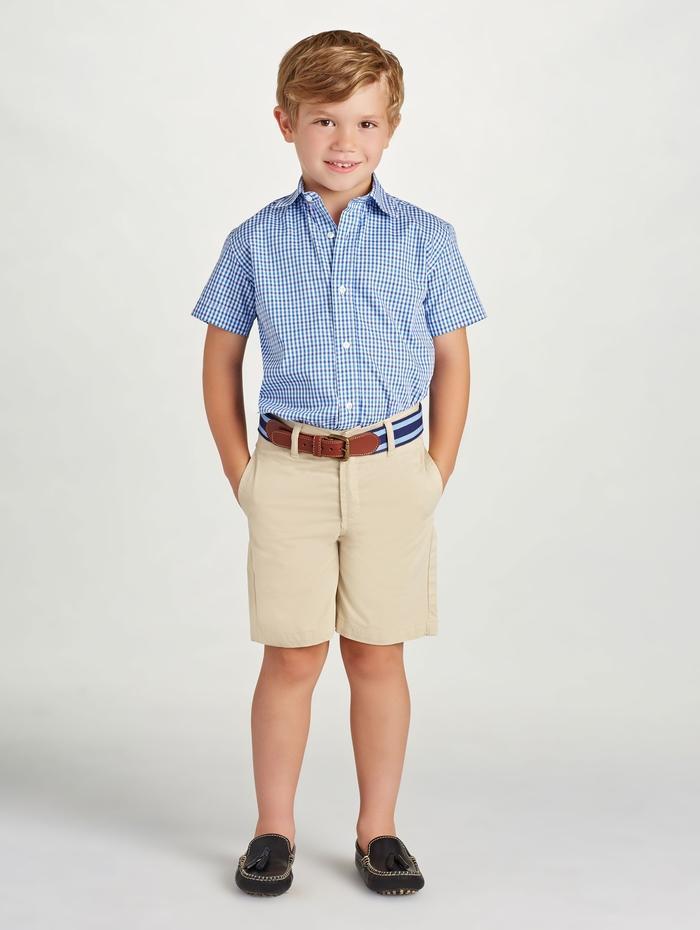 kariertes Hemd in Blau und Weiß, kurze Hosen, festliche Sommermode für Jungen