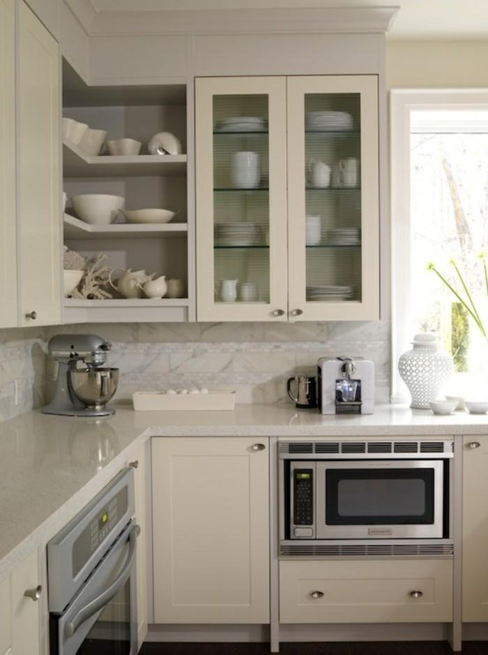 Küche in heller Farbe mit einer Küchenvitrine für das Geschirr, Küchenroboter