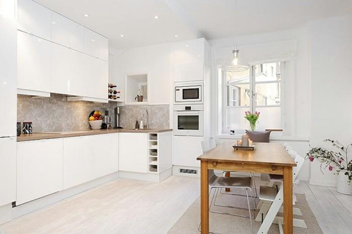 große und helle Küche mit einem Fenster, L-Form, interessanter Küchenrückwand, Pflanzendeko
