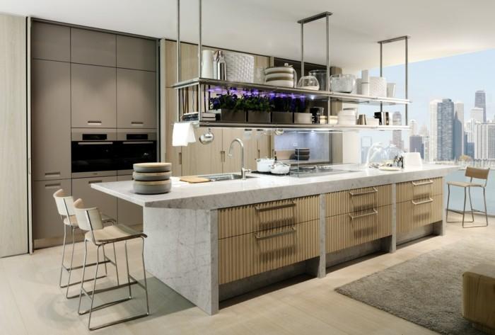 eine riesige Küche mit Marmorkochinsel, New York, New York City, lila Blumen, grauer Teppich