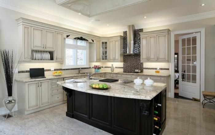 weiß-graue Küche mit schwarz gestrichener Kochinsel, dekorative Vase aus Metall, Geschirregal