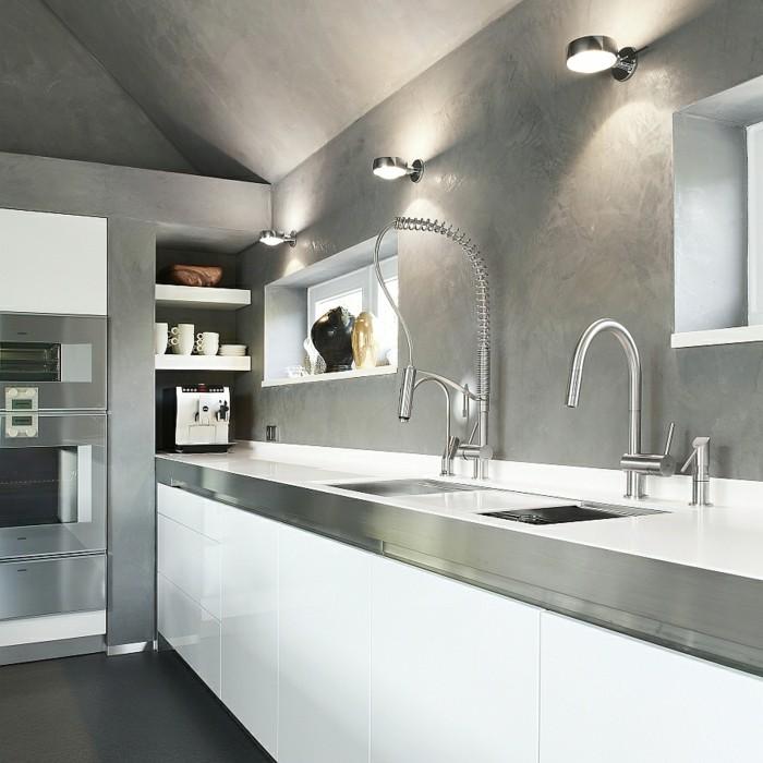 Küche mit weißen Küchenfronten, Schrägdach, gestrichen in Grau, Niche mit Regalen