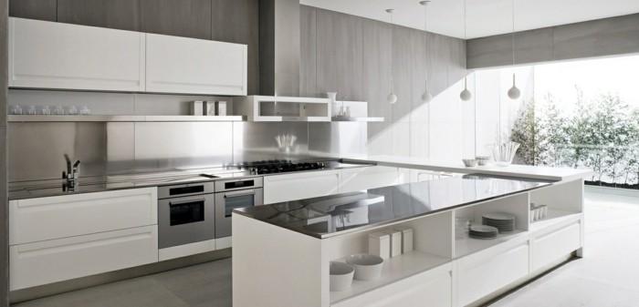 riesige Küche mit U-Form, Wandverkleidung aus Holz in grauer Farbe, Fenster bis zum Boden