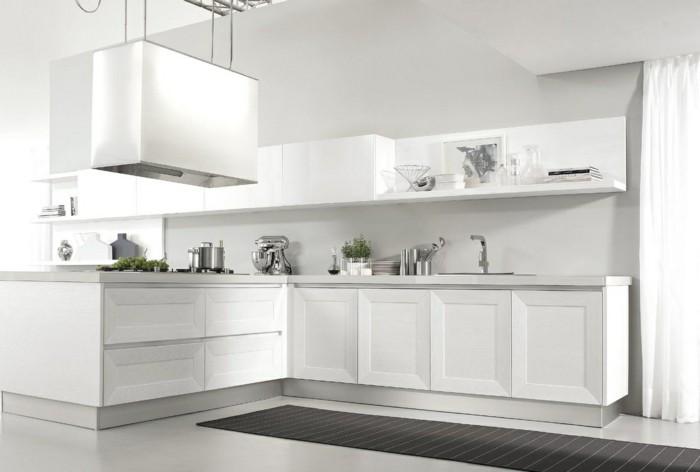 Abzugshaube in weißer Farbe, langer schwarzer Teppich mit schmalen weißen Streifen, lange Gardinen