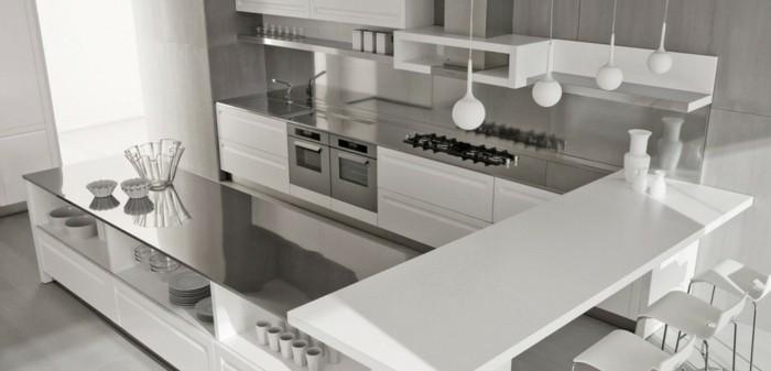 eine moderne designerische Küche mit U-Form, Frühstücksbar mit Regalen für Gläser und Geschirr