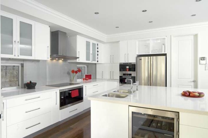 Küche in Weiß und Grau mit roten Akzenten, graue Küchenrückwand, Küchendeko mit Blumen