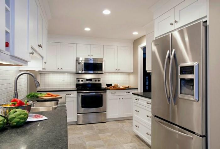 glänzende Küche mit LED-Lichtern, Kühlschrank mit Eiswürfelbereiter, viege Gemüse