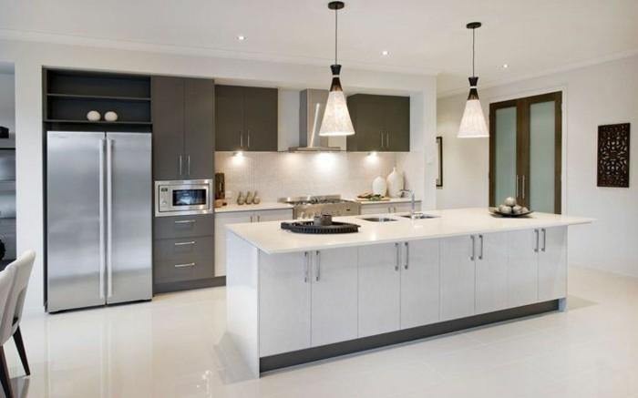 Küchen Ideen mit zwei Farben - Schwarz und Weiß, eingebaute Mikrowelle, schwarzes Wandbild