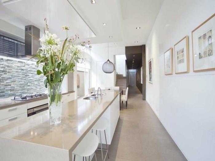 ein bisschen Frische in die Küche mit einem schönen Blumenstrauß aus weißen Blumen, Wandbilder in der Küche
