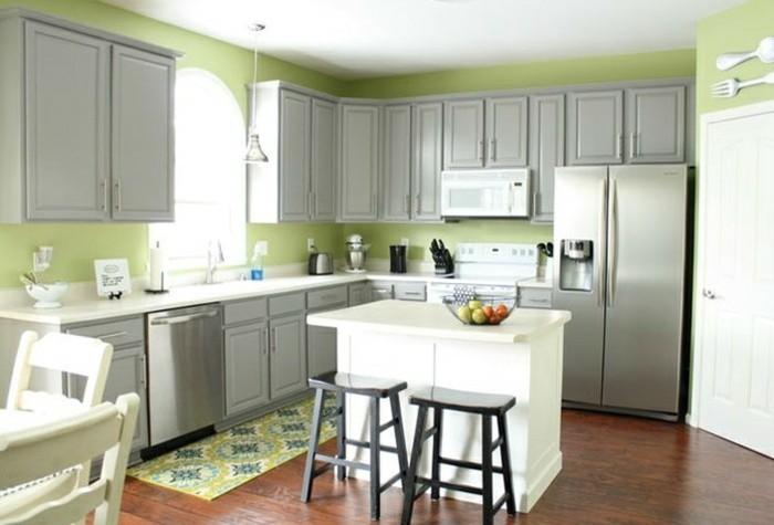 Wanddeko Besteck, Grüne Wände, Graue Schranken, Weiße Kochinsel,  Musterteppich In Der Küche
