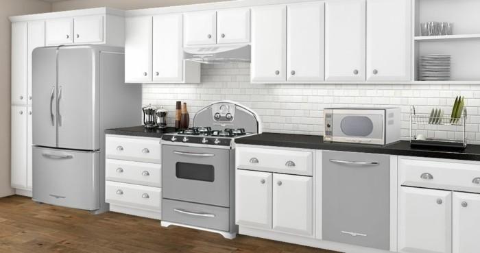 günstige Küchen in hellen Farben, Vintage-Einrichtung, alter Ofen, Geschirrtrockner