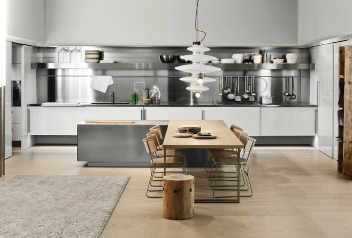Küchenrückwand aus Metall, Esstisch aus Massivholz, Stamm-Hocker, dekorative Gläser