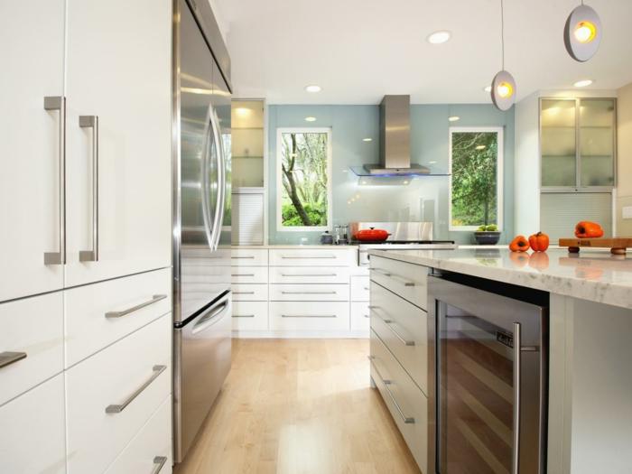 Küchen Ideen in Weiß und Blau, Waldaussicht, Alkoholkühlschrank, Designer-Lampenschirm