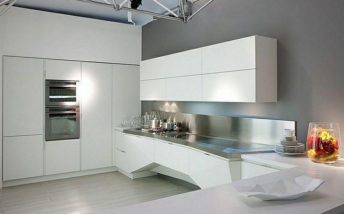 Küche mit einem großen Schrank, hoch bis zur Decke, eingebauter Ofen, modernes Design