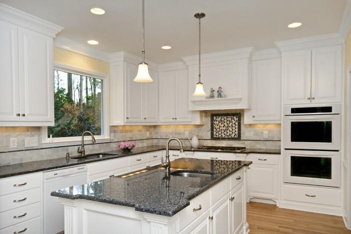 L-Küche mit Kochinsel, günstige Küchen im Landhausstil, LED-Lampen, Parkettboden Zebra