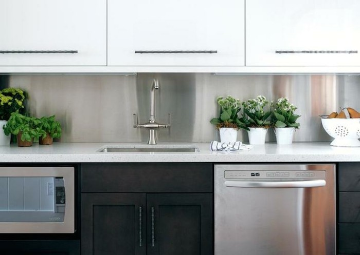 weiße Küchenschränke, schwarze Küchenfronten, graue Spülmaschine, eingebaut, Kräuter in der Küche