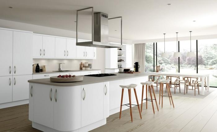 breite Küche mit Frühstücksbar mit drei Hochstühlen, Fenster bis zum Boden, Designer-Geschirr
