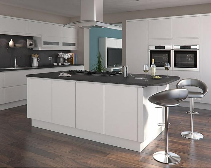 eine sehr moderne Küche mit dunklem Parkettboden, blaue Wand, schwarze Küchenrückwand