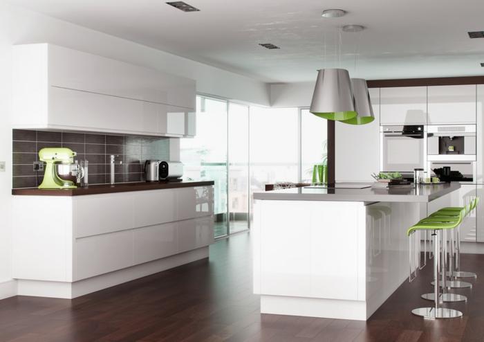 Küchenzeile mit einem Küchenroboter aus grüner Plastik, braune Fliesenrückwand, Designer-Kronleuchter