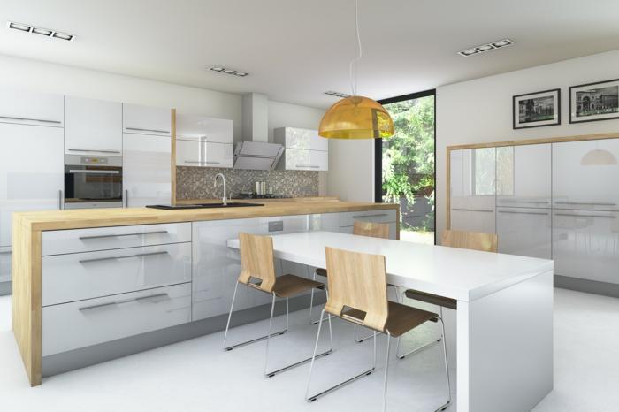 breite Küche mit Holzakzenten aus hellbraunem Holz, langer Esstisch, Holzstühle, gelber Kronleuchter