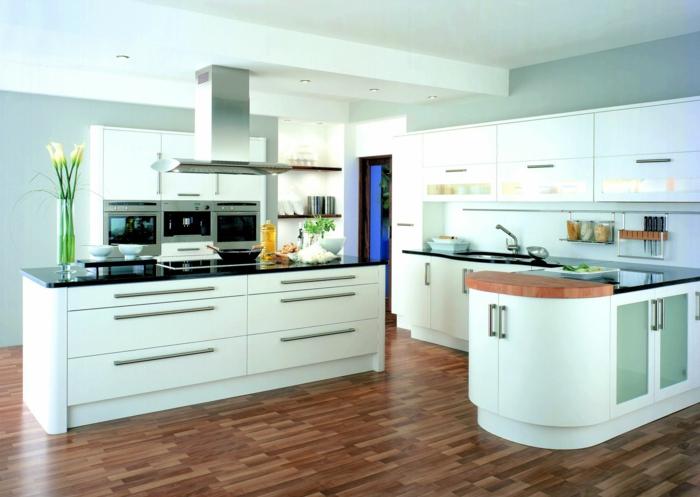 Zebra-Parkett, Küche mit ovalen Ecken, Blumenstrauß aus weißen Blumen, Auszüge mit Metallgriffen