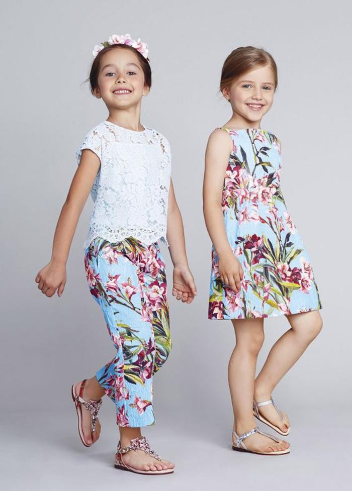 Mädchenkleidung mit Blumenmotiven, weißer Top in Kombination mit langer Hose, buntes Kleid