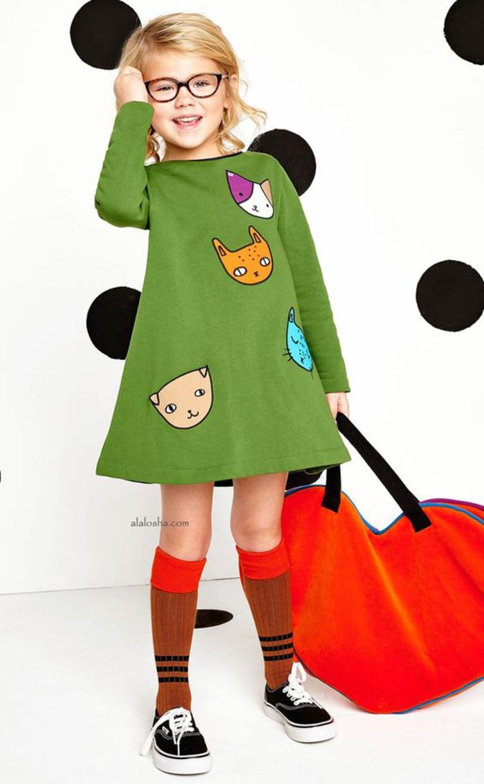 tolle Frühlingskleidung, grünes Kleid mit Katzen-Motiven, Sneaker und lange Strümpfe