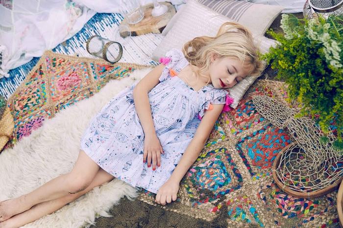 festliche Sommermode, frische Mädchenkleidung, weites Kleid mit kurzen Ärmeln