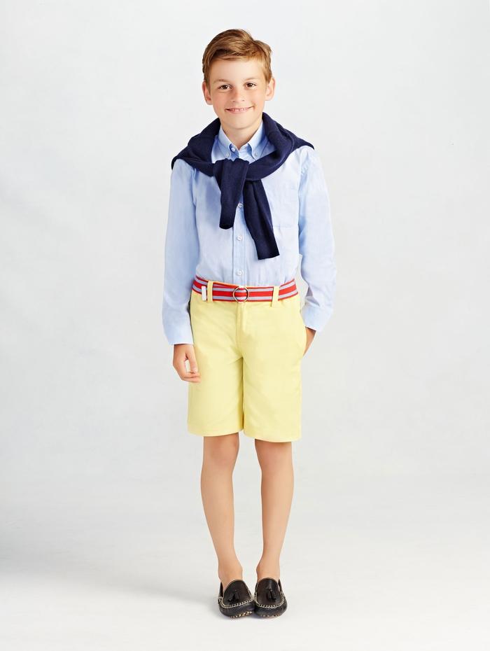festliche Jungenkleidung, gelbe kurze Kose, hellblaues Hemd mit langen Ärmeln, dunkelblauer Pullover, roter Gürtel