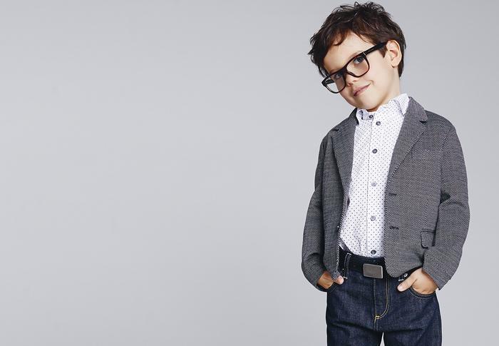 elegante Jungenkleidung, Jungenmode, Frühjahr 2017, Jeans mit weißem Hemd und grauem Blazer