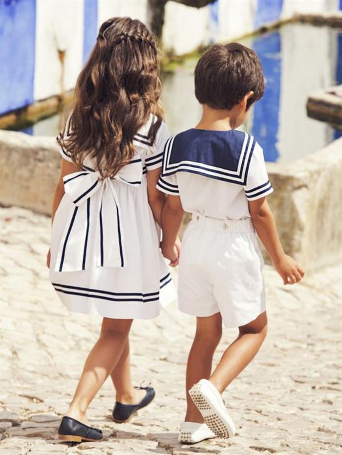 Sommermode für Kinder, Kombination von Dunkelblau und Weiß, festliche Mädchen- und Jungenkleider
