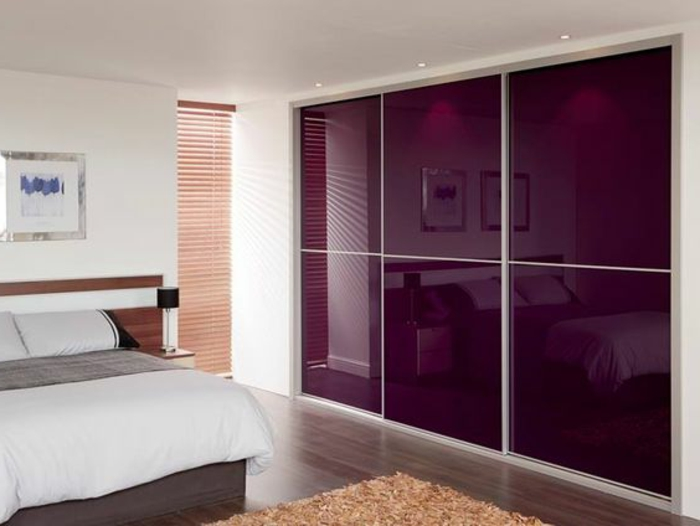 Deckenspots schiebetürenschrank in lila Farbton glanz-optik im schlafzimmer