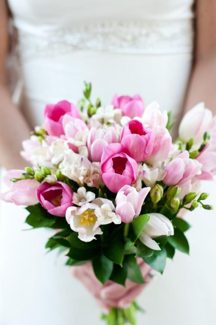 kleiner Hochzeitsstrauß in Weiß und Rosa, Tulpen und Freesien, Ideen für Frühlingshochzeit